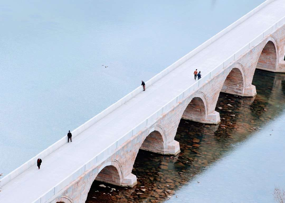 persone che camminano sul ponte di cemento bianco durante il giorno - Osmancık, Çorum, Türkiye (12×9)