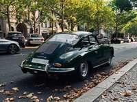 зелено порше 911 паркирано на тротоара през деня