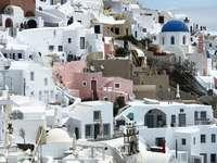 бели и кафяви бетонни къщи през деня