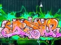 zelené a fialové graffiti na zdi