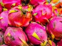 rote und grüne Frucht in Nahaufnahmefotografie