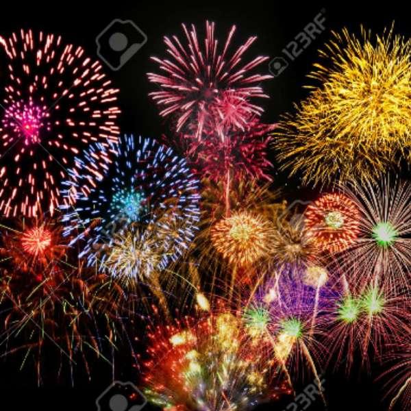 Tűzijáték az égen - Hamarosan, hat nap múlva szilveszter. Ezen a napon búcsúzunk a jelenlegi rom 2020-tól, és üdvözöljük a 2021-es évet. Különböző színű tűzijátékok jelennek meg az égen. Ez a nap kül (5×5)