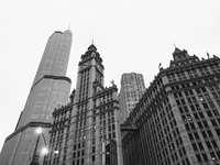 gråskalefoto av höghusbyggnad