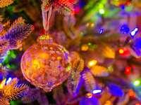 adornos de oro y plata en el árbol de navidad verde