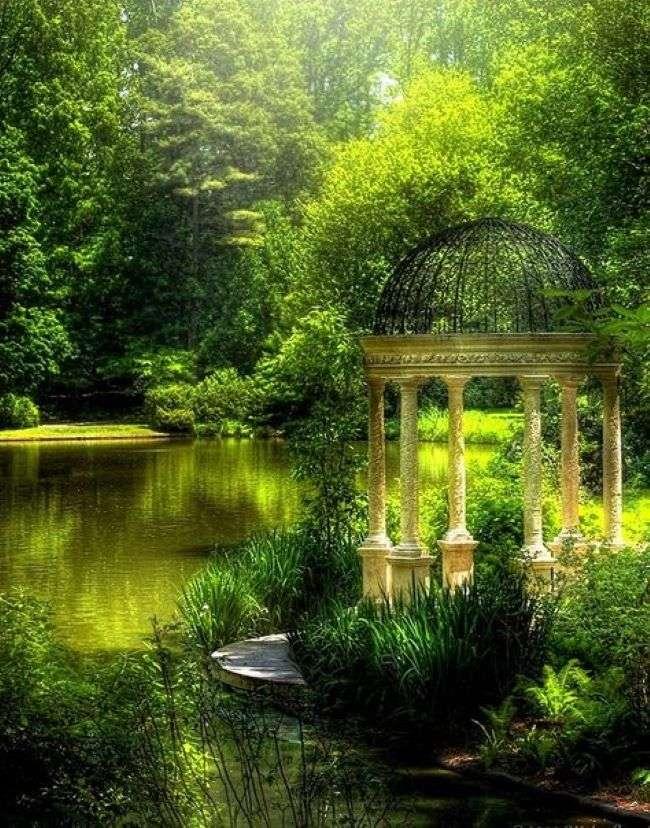 Pavilon u rybníka v parku
