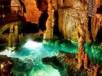 Cueva de estalactitas iluminada