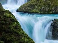 Vattenfall längs bäcken