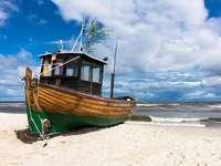 Barco de pesca na praia de Ahlbeck Usedom