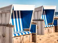Два плажни стола на плажа