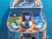 Statek wycieczkowy na pełnym morzu