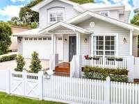 бяла къща с ограда