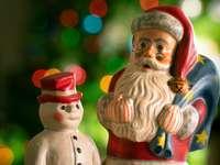 figurine en céramique rouge et marron