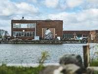 bruin betonnen gebouw in de buurt van water overdag