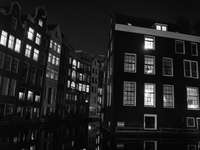 ve stupních šedi fotografie betonové budovy