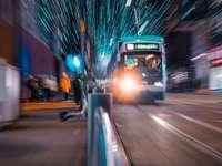 fehér és fekete busz úton éjszaka