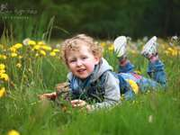 момче, лежащо на тревата
