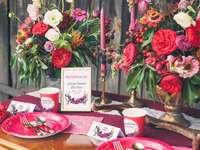 bukiety kwiatów ozdobą stołu