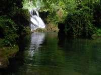 Cascada pe râu