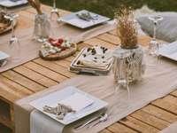 weiße Keramikplatte auf braunem Holztisch