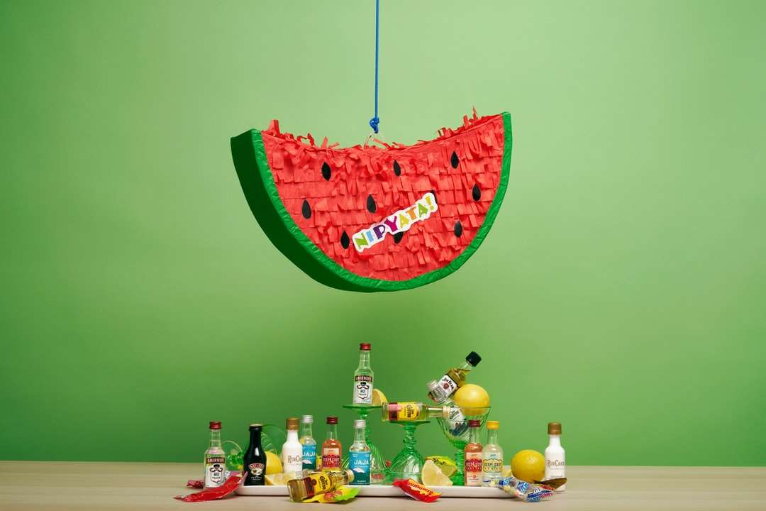 πράσινη και ροζ διακόσμηση σε σχήμα καρδιάς - Ένα καρπούζι piñata γεμάτο με μίνι πλαστικά μπουκάλια από τα καλύτερα ποτά και καραμέλες. Το απόλυτο δώρο (12×8)