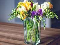 фрезии в стъклена ваза