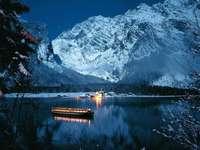 Krásně zamrzlé Königssee s lodí