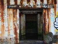 hnědé dřevěné dveře s hnědou a bílou stěnou