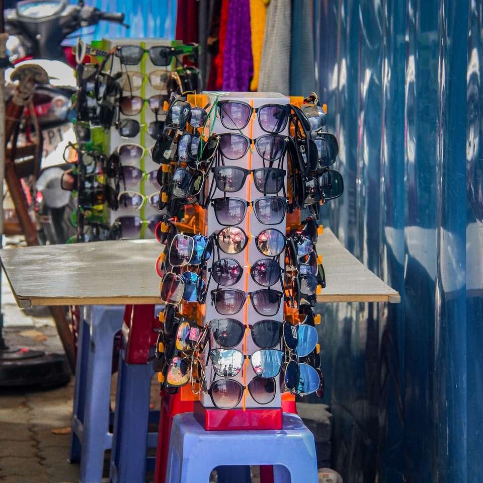 Sonnenbrille in verschiedenen Farben auf dem Gestell