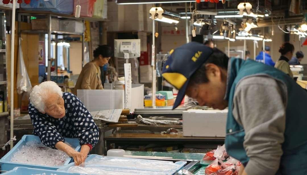 homme en chemise à manches longues à pois bleu et blanc - homme en chemise à manches longues à pois bleu et blanc debout près de la table. . Sendai, Miyagi, Japon (12×7)