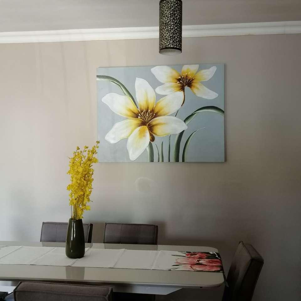 λευκό και κίτρινο λουλούδι σε μαύρο βάζο σε λευκό τραπέζι - Centurion, Νότια Αφρική (10×10)