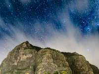 montanha rochosa cinza sob céu azul