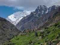 campo de grama verde perto de montanha sob céu azul