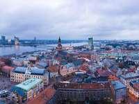 въздушен изглед на градските сгради през деня