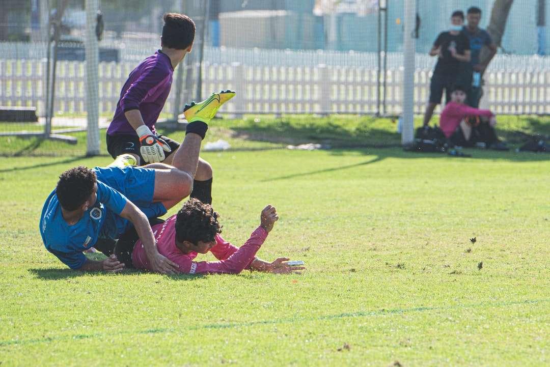 skupina lidí ležících na zelené louky během dne - tvrdá práce se vždy vyplatí !. Dubaj, Spojené Arabské Emiráty (10×7)