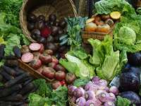 zelená a červená zelenina na hnědém tkaném koši