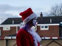 жена в червена шапка на Санта и червено палто