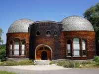 prédio de tijolos marrons sob céu azul durante o dia