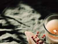 Verre à boire clair avec un liquide blanc sur une table en bois marron