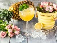 ananasový džus s kostkami ledu