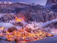pueblo iluminado en el valle