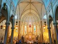 vit och brun katedralinredning