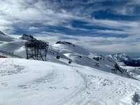 fehér hóval borított hegy fehér felhők alatt