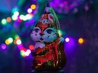 Figura de cerámica muñeco de nieve con sombrero rojo y blanco