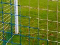 bílý kovový plot poblíž zelené louky během dne