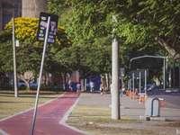 panneau de signalisation noir et jaune