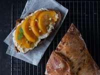 pâine cu portocale feliate pe hârtie albă