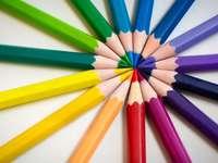 több színű ceruza fehér felületen