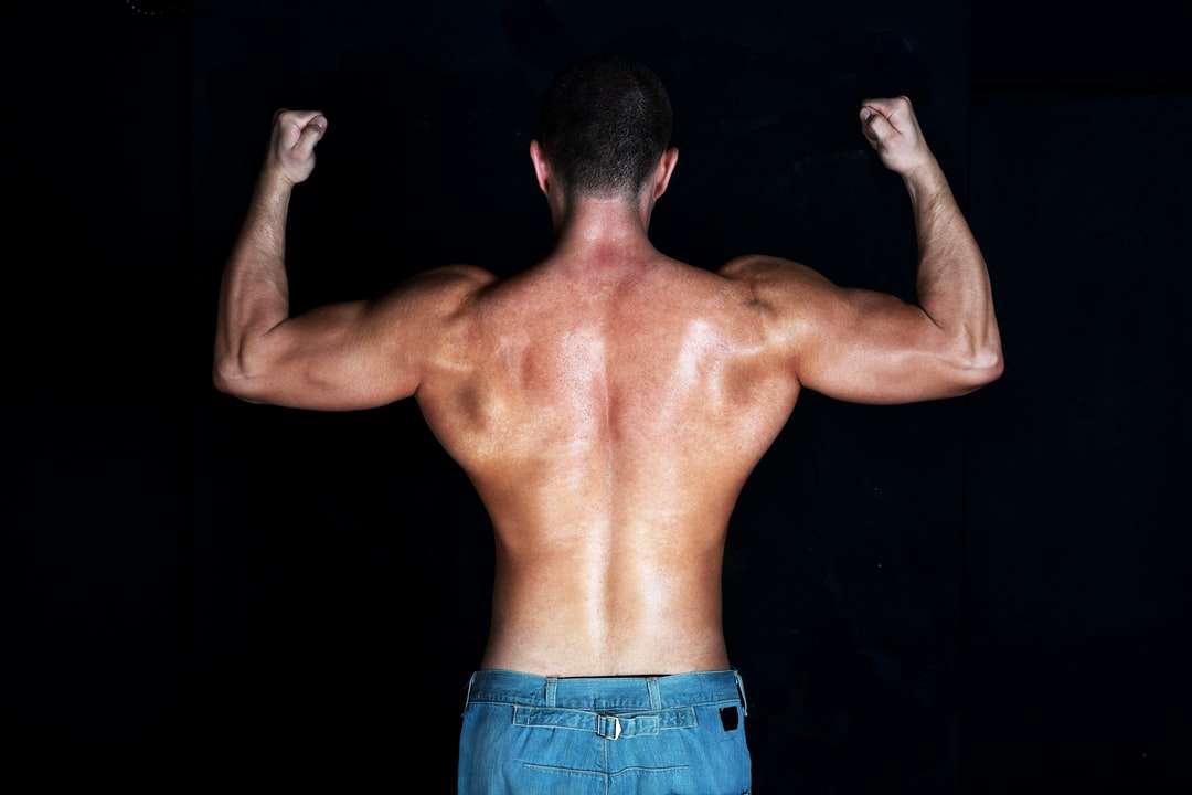 homme seins nus en bas de denim bleu - posture arrière d'un homme musclé (16×11)