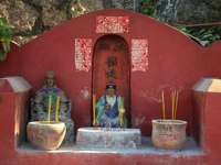 statuie zeitate hindusă lângă zid roșu