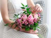жена в бяла рокля, държаща розови рози